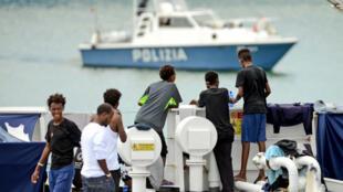"""Des migrants sur le pont du """"Diciotti"""" dans le port sicilien de Catane, le 23 août 2018."""