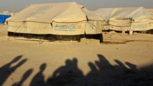Des ombres de personnes déplacées dans le camp d'Aïn Issa, dans la province de Raqqa, le 17 juin 2018.