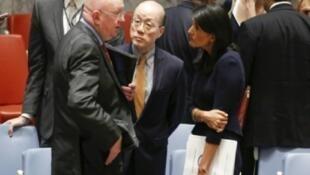 السفير الروسي في الأمم المتحدة سيرغي نبينزيا (يسار) في حديث مع نظيرته الأمريكية نيكي هايلي ونظيره الصيني ليو جيي