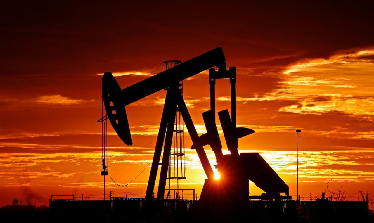 Una bomba petrolífera en funcionamiento al amanecer cerca de la población de Midland, Estados Unidos, el 7 de abril de 2020.