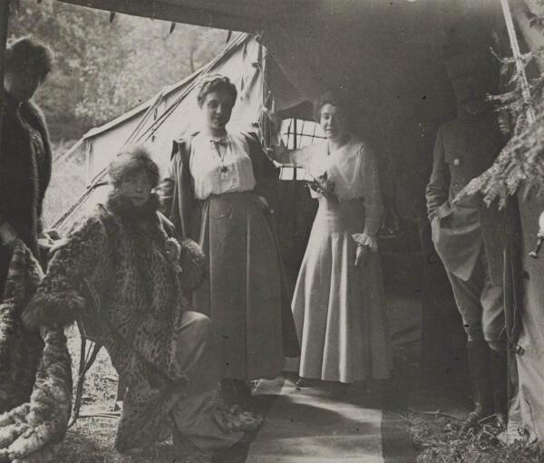 La comédienne Sarah Bernhardt devant sa loge du théâtre aux armées, en compagnie de Béatrix Dussane, le 10 mai 1916 à Boucq, en Meurthe-et-Moselle.