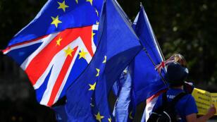 Des militants anti-Brexit tiennent des drapeaux de l'UE alors qu'ils manifestent devant le Parlement à Westminster, Londres, le 29 août 2019.