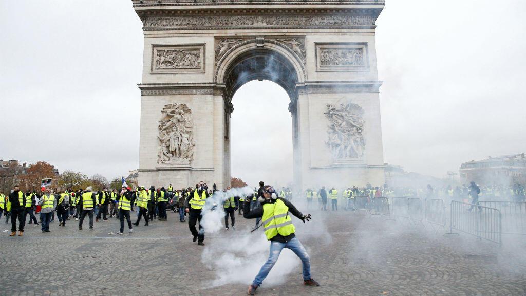 """مظاهرة لحركة """"السترات الصفراء"""" في جادة الشانزليزيه بباريس السبت 24 تشرين الثاني/نوفمبر 2018"""