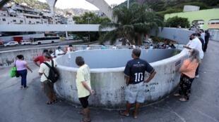 La gente hace fila para votar en las elecciones municipales en el barrio humilde de Rocinha, en Río de Janeiro, Brasil, el 29 de noviembre de 2020.