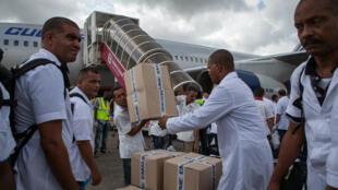 Les premiers médecins cubains arrivent en Sierra Leone, le 2 octobre.