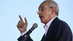 Le chef du principal parti d'opposition turc Kemal Kiliçdaroglu devant des milliers de ses partisans samedi 26 août.