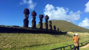 Un turista toma una foto de las estatuas llamadas Moai en la Isla de Pascua, Chile, el 12 de febrero de 2019.
