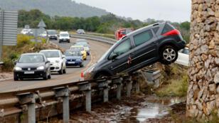 Automóviles arrasados y escombros en Palma de Mallorca, España, a medida que las lluvias e inundaciones repentinas azotan a ciudades como Sant Llorenc de Cardassar.