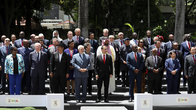 Los ministros de relaciones exteriores y representantes de otros países miembros posan para una foto de familia durante la Reunión Ministerial del Buró de Coordinación del Movimiento de Países No Alineados (NAM) en Caracas, Venezuela, 20 de julio de 2019