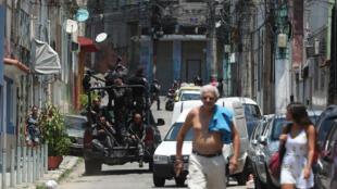 Agentes del Comando de Operaciones de la Policía avanzan en una calle de Río de Janeiro, Brasil, antes de un operativo en una favela el ocho de febrero de 2019.