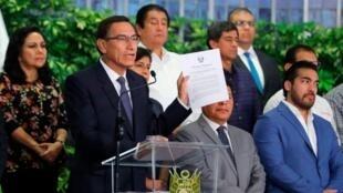 El presidente Martín  Vizcarra decretó el estado de emergencia nacional por 15 días, que incluye el cierre total de las fronteras en un esfuerzo por combatir la propagación del coronavirus en el país.
