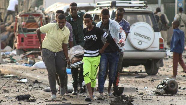 Un grupo de hombres mientras trasladaba a una de las víctimas de un atentado bomba en un hotel de Mogadiscio, Somalia, el 9 de noviembre del 2018.