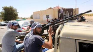 """- مقاتلون من ميليشيا """"فجر ليبيا"""" في غريان جنوب طرابلس 29 أبريل 2015"""