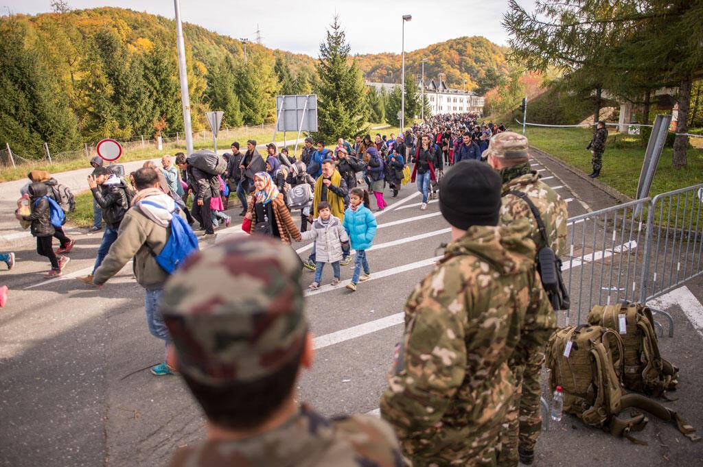 Des soldats slovènes face à des réfugiés à la frontière avec l'Autriche, à Sentilj, le 25 octobre 2015.