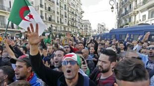Des manifestants à Alger, le 1er novembre 2019, lors du 37e vendredi consécutif de mobilisation.