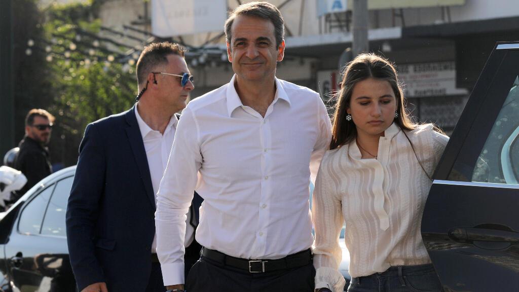 El líder del partido conservador de la Nueva Democracia, Kyriakos Mitsotakis, acompañado por su hija Dafni, llega a la sede del partido en Atenas, Grecia, el 7 de julio de 2019.