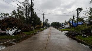 أحد الشوارع الخالية في ليك تشارلز في ولاية لويزيانا في 8 تشرين الأول/أكتوبر 2020