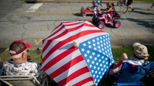 Los ciudadanos miran el desfile anual de Harper Street en Newberry, Carolina del Sur, el 4 de julio de 2018.