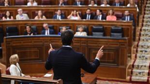 El presidente del Gobierno en funciones, Pedro Sánchez (de espaldas), responde al líder del PP, Pablo Casado, durante la segunda y última sesión de control de esta legislatura celebrada este miércoles 18 de septiembre en el hemiciclo del Congreso.
