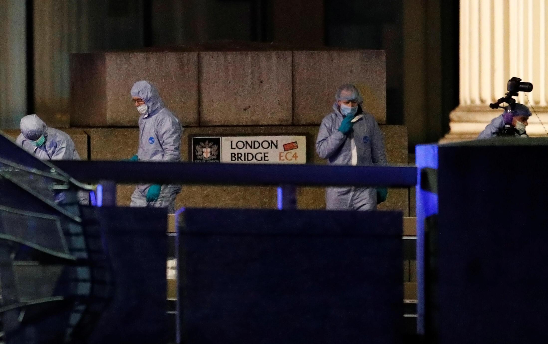 الشرطة العلمية تحقق في محيط موقع عملية الطعن قرب جسر لندن. 29 نوفمبر/تشرين الثاني 2019.