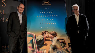 El presidente del Festival de Cannes Pierre Lescure y el director francés Thierry Fremaux posan junto al póster oficial del 71 ° Festival de Cannes en Cannes, en el sur de Francia, el 12 de abril de 2018 en París.