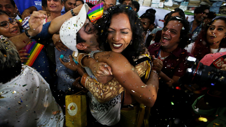 Los partidarios de la comunidad lesbiana, gay, bisexual y transexual (LGBT) celebran después del veredicto del Tribunal Supremo que despenaliza el sexo gay y la revocación del antiguo artículo 377, en la sede de una ONG en Bombai, India, el 6 de septiembre de 2018.