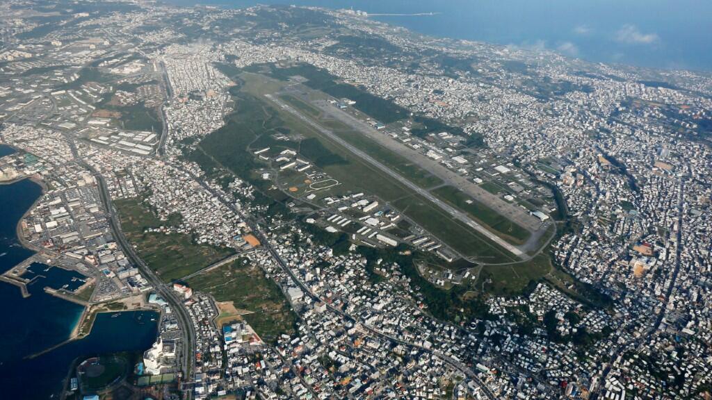 En esta imagen de archivo de octubre de 2015 aparece la base militar estadounidense de Okinawa, la principal causa de llegada de contagiados a la prefectura y razón por la que se ha declarado el estado de emergencia.