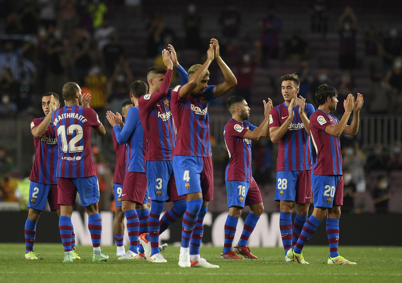 لاعبو برشلونة الإسباني يحتفلون بالفوز على ريال سوسييداد في المرحلة الاولى من الدوري الإسباني لكرة القدم