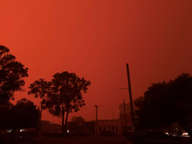Le ciel est complètement rougi par les incendies à Mallacoota, Autralie.