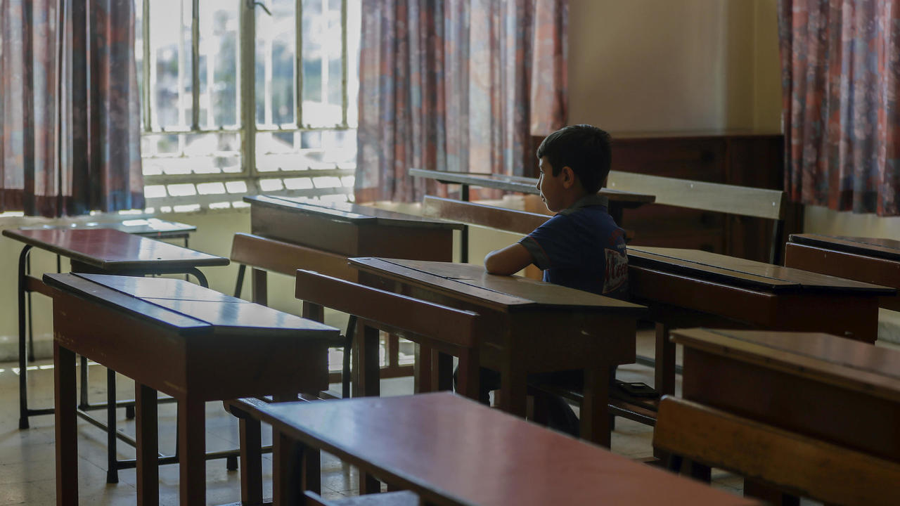طفل لبناني يجلس وحيدا في غرفة صف بمدرسة في مدينة زحلة، يوليو/ أيلول 2020.