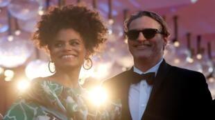 ممثلان من فيلم جوكر الأمريكي على السجادة الحمراء بمهرجان البندقية السينمائي، 31 أغسطس/ آب 2019.