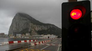 El peñón se ve detrás de un semáforo en rojo, en la frontera con España, en el territorio británico de Gibraltar, históricamente reclamado por España, el 22 de noviembre de 2018.