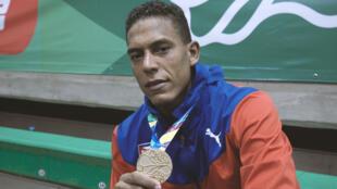 El cubano Osleni Guerrero posa con una de sus medallas de los Juegos Centroamericanos y del Caribe 2018, en agosto de 2018.