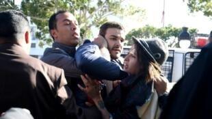 عناصر من الشرطة بلباس مدني يعتقلون اثنين من الناشطين المثليين أثناء تفريقهم تظاهرة في تونس في 27 كانون الثاني/يناير 2018