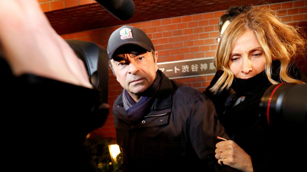 L'ex-PDG de Renault, Carlos Ghosn et sa femme Carole, devant leur résidence à Tokyo, le 8 mars 2019.