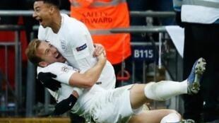قائد المنتخب الإنكليزي لكرة القدم هاري كاين (على الأرض) يحتفل مع زميله جيسي لينغارد بهدف الفوز على كرواتيا