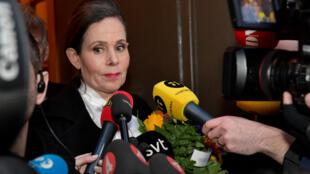 La Secretaria Permanente, Sara Danius, habla a los medios de comunicación al salir de una reunión con la Academia Sueca en Estocolmo.