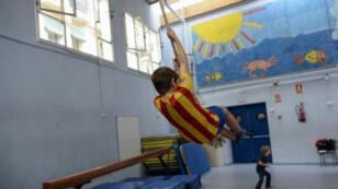 Un élève joue dans une école du quartier Gracia de Barcelone, la veille du référendum sur l'indépendance de la Catalogne du 1er octobre.