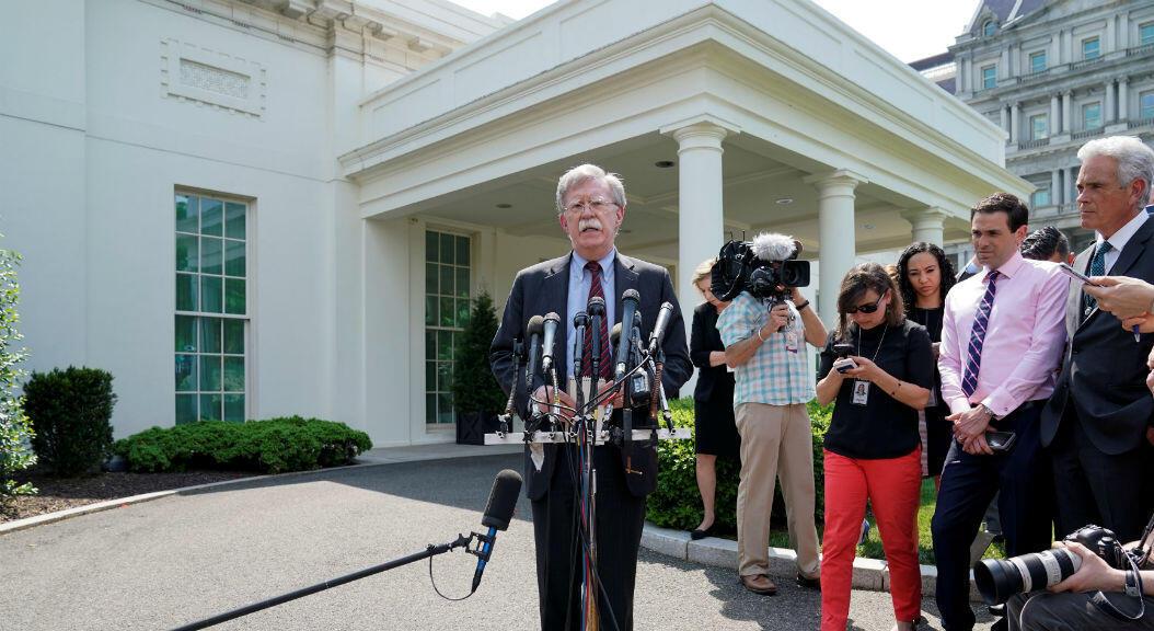 El asesor de seguridad nacional de la Casa Blanca, John Bolton, responde preguntas sobre los disturbios políticos en Venezuela,frente a la Casa Blanca en Washington, EE. UU.,el 30 de abril de 2019.