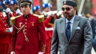 العاهل المغربي الملك محمد السادس لدى تدشينه محطة قطارات جديدة في الرباط في السابع عشر من تشرين الثاني/نوفمبر 2018
