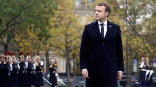 El presidente de Francia, Emmanuel Macron, revisa las tropas durante las ceremonias del Día del Armisticio que marcan el final de la Primera Guerra Mundial en París, Francia, el 11 de noviembre de 2017.