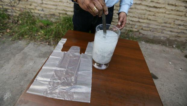 El prototipo de bolsa soluble diseñado por el ingeniero chileno Roberto Astete durante una muestra en Santiago de Chile el 26 de julio de 2018.