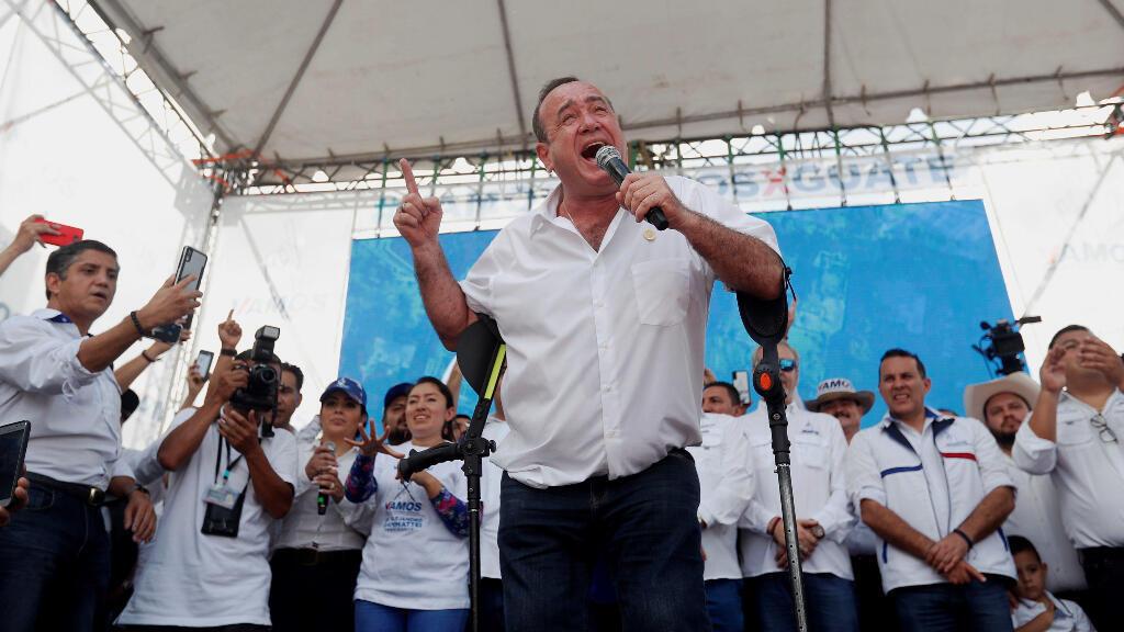El candidato presidencial guatemalteco, Alejandro Giammattei, pronuncia un discurso durante un mitin del 4 de agosto en la Ciudad de Guatemala.