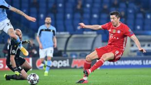 L'attaquant polonais Robert Lewandowski ouvre le score pour le Bayern Munich lors du 8e de finale aller de la Ligue des champions face à la Lazio, à Rome, le 23 février 2021