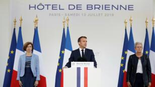 El presidente francés, Emmanuel Macron, está flanqueado por la ministra de Defensa, Florence Parly, y la ministra de Defensa menor, Genevieve Darrieussecq, mientras habla en la víspera del Día de la Bastilla en París, Francia, el 13 de julio de 2019.