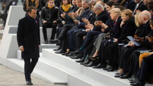 Emmanuel Macron applaudi par les chefs d'État et de gouvernement à l'issu de son discours commémoratif au pied de l'Arc de Triomphe.