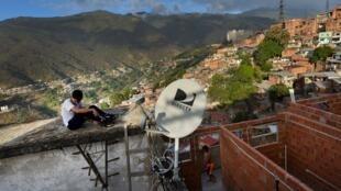 En esta imagen de archivo aparece una antena de la plataforma de televisión de pago DIRECTV en el tejado de una casa del barrio de Catia, en Caracas, Venezuela. 9 de enero de 2020.