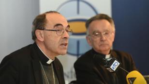 Le cardinal Barbarin répond aux questions de journalistes le 15 mars 2016, en marge de la Conférence des évêques de France à Lourdes.