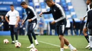 لاعبو المنتخب الفرنسي خلال حصة تدريبية استعدادا للمواجهة أمام الأوروغواي.