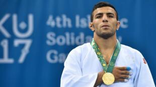 L'Iranien Saeid Mollaei assiste à la cérémonie de podium des quatrièmes Jeux de la solidarité islamique de judo masculin, à l'arène Heydar Aliyev, à Bakou, le 14mai2017.